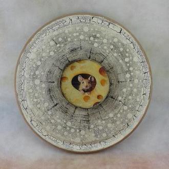 Чудесная сырная досочка из бука, диаметр 20см, обратная сторона рабочая. Мышка милая и безобидная!
