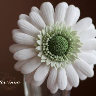 """Заколка цветок """"Белая гербера"""""""