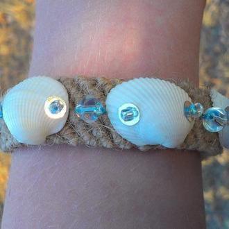 Плетеный браслет с морскими ракушками и стеклянными бусинами