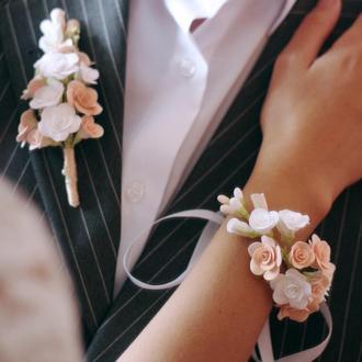 """Весільний комплект прикрас """"Біло-персикові троянди"""" (бутоньєрка+ браслет/гілочка)"""