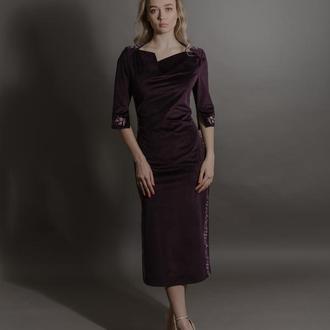 Оксамитова сукня із вишивкою