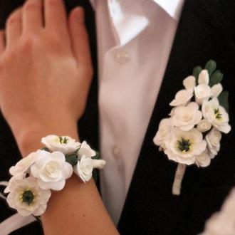 """Свадебный коплект украшений(бутоньерка для жениха и браслет невесты) """"Эустомы  с розами"""""""
