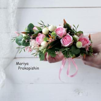 Віночок з квітів в розовому кольорі.
