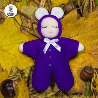 Сплюшка-мини в фиолетовом комбинезоне