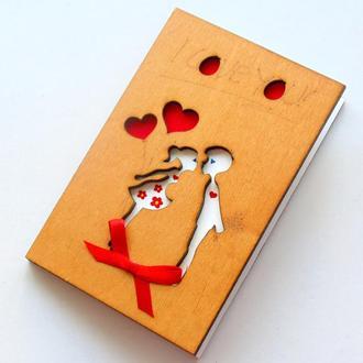 Открытка с деревянной обложкой Первый поцелуй