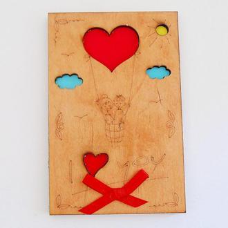 Акция! Открытка с деревянной обложкой I love you Двое на воздушном шаре