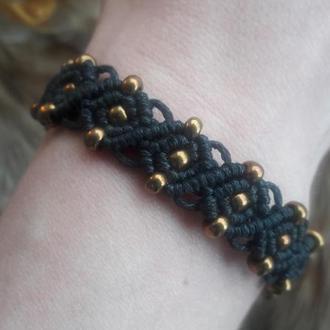 Плетеный черный браслет с золотым бисером