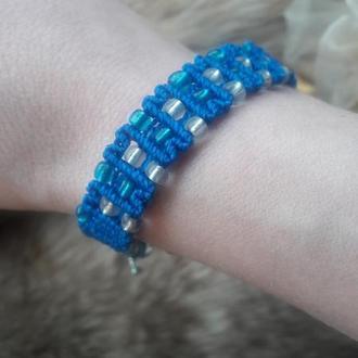 Оригинальный плетеный браслет с белым и синим бисером. Браслет для девушки