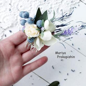 Гребінець в кремовому кольорі з синіми ягодами.
