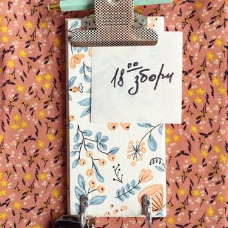 Табличка с крючками и зажимом для бумажек