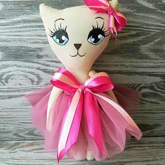 Игрушка кошка в бледно-вишневом платье