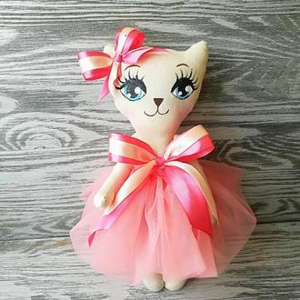 Игрушка кошка в кораловом платье с бежевым бантиком