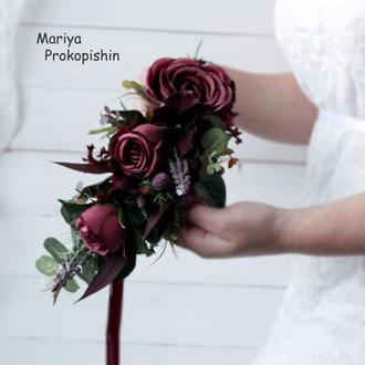 Пишний бордовий вінок з розами.