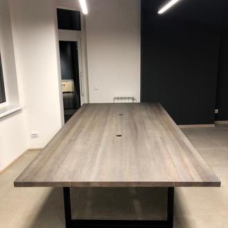 Стол из дерева и металла в переговорную