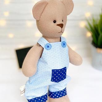 Флісовий ведмедик в синьому комбінезоні
