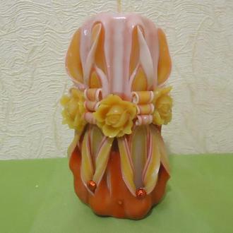 красно-желтая резная свеча с розами