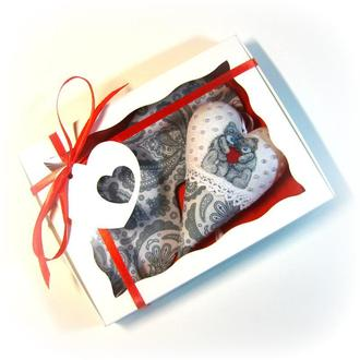Подарок на день Валентина, маска для сна и сердце-валентинка.
