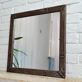 Зеркало в металлической раме.