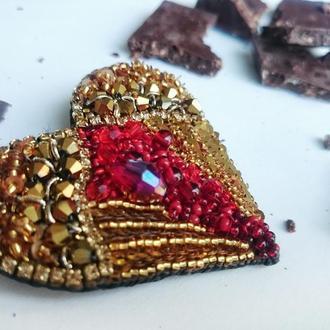 Брошь красное сердце с золотыми крыльями ангела