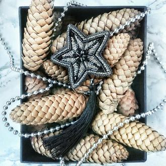 Брошь серебряная звезда из бисера с чёрной шелковой кисточкой