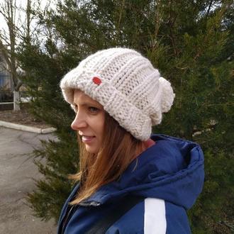 Стильная шапка с помпоном крупной вязки