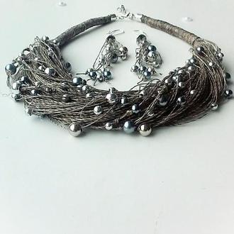 Набор украшений из темного льна с серебристыми бусинами - колье и серьги.