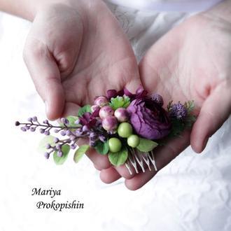 Гребінець в фіолетовому кольорі з ягодами.
