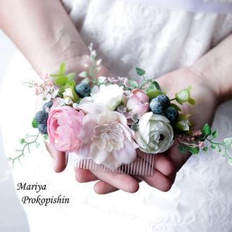 Гребінець з квітів в ніжно-розовому кольорі.
