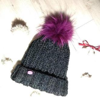 Стильная шапка с меховым помпоном крупной вязки
