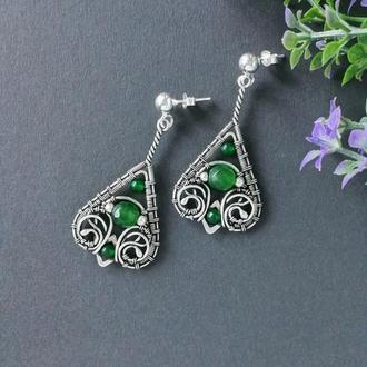 Серебряные серьги капли с нефритом и агатом. Украшение wire wrap. Сережки с зеленым камнем.