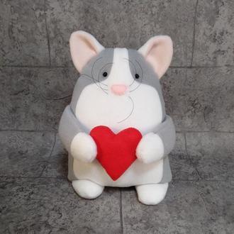 Влюбленный серый котик