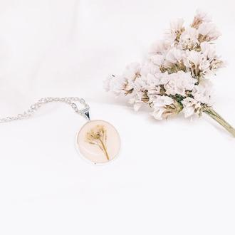 Кулон с белым цветочком