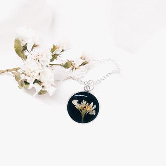 Кулон с белыми цветочками