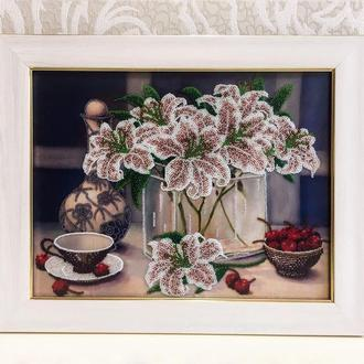 """Картина из бисера - """"Натюрморт с лилиями"""" в белой рамке из натурального дерева"""