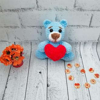 Вязаная игрушка валентинка медвежонок с сердцем