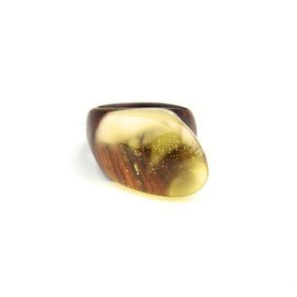 Деревянное кольцо с натуральным пейзажным янтарем