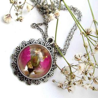 Кулон, підвіска з пелюстками та бутоном рожевої троянди в епоксидній смолі