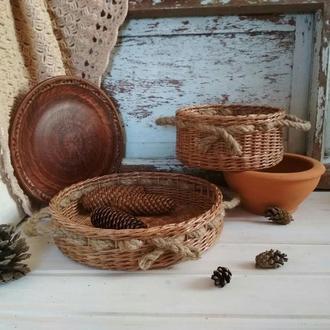 Набор плетенных корзинок для кухни.