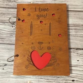 """Деревянный блокнот с гравировкой """"Заец с сердцем"""""""