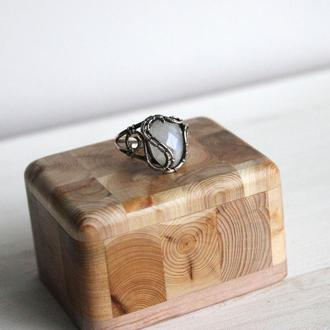 Кольцо с лунным камнем из серебра в технике wire wrap