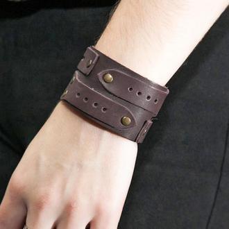 Кожаный браслет коричневый со стрелками и заплатками код 3568
