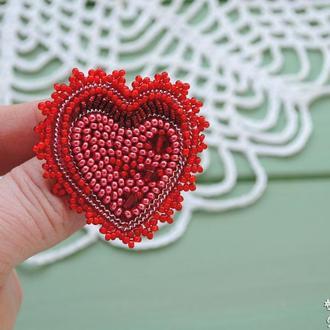 Красная брошь-сердце из бисера