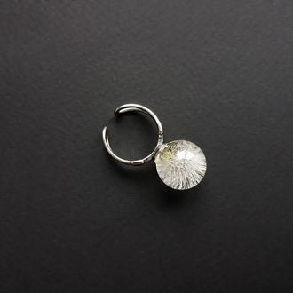Кольцо из эпоксидной смолы с одуванчиком