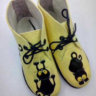 Ботиночки с росписью Черные коты.