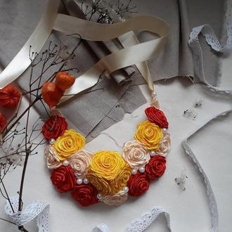Колье-воротник из атласных роз
