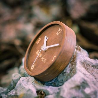 Настольные деревянные часы с ВАШЕЙ надписью