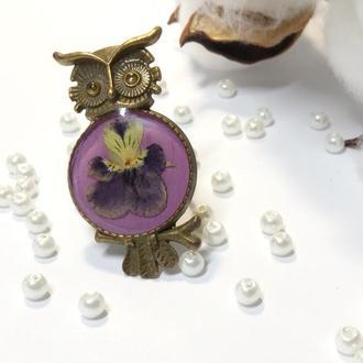 Кольцо -сова на регулируемой основе с натуральными цветами в ювелирной смоле.