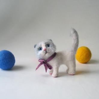 Беленький котенок , чуть серенькая мордочка и хвостик.. Глаза из стекла.