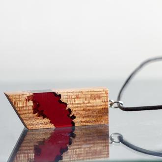 Подарок девушке - красный кулон из древесины вяза и ювелирной смолы.