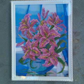 Лилии на окне